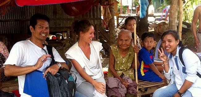Maria Palha numa missão no Cambodja, em 2015, para definir uma nova ferramenta de prevenção ao trauma na população