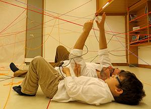 Hugo de Seabra, num encontro provável, com o seu filho mais novo, num workshop criativo na Fundação Calouste Gulbenkian