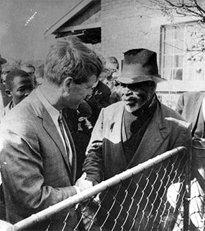 Robert Kennedy cumprimenta um habitante do Soweto, Joanesburgo, África do Sul, 8 de Junho de 1966 - © Robert F. Kennedy Photograph Collection