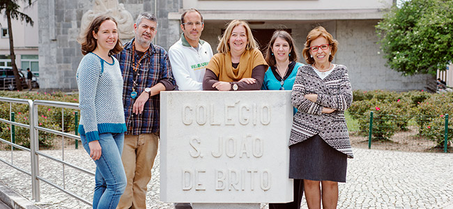 Rosário Farmhouse, coordenadora do Gabinete de Formação Humana do CSJB, com a equipa de professores e responsáveis do ComPARtilha